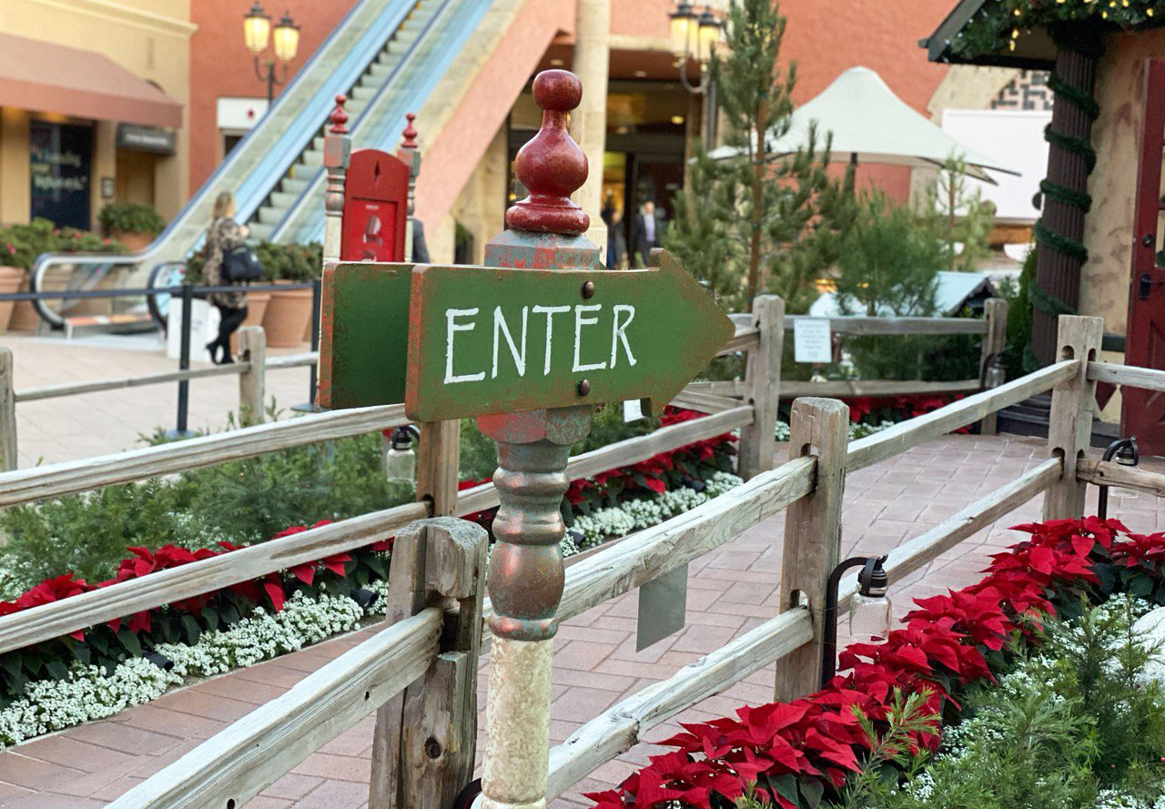 Enter to Santa's House - Fashion Island